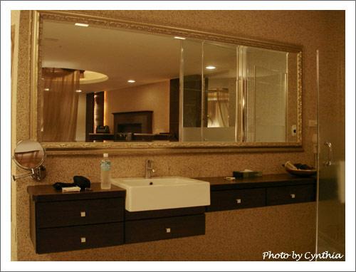 洗臉台和鏡子