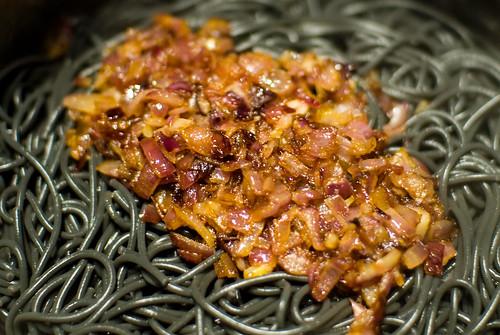 Zwarte spaghetti met rode ajuin