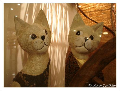 櫥窗裡眼神很好的木雕貓