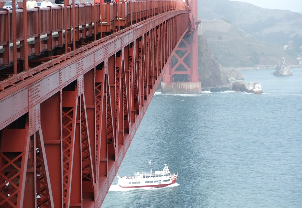 boat under golden gate bridge