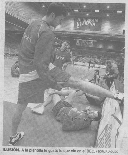 Recorte del periódico El Correo, donde se observa a varios deportistas. Uno, tumbado en el suelo, parece que le está mirando la entrepierna a otro que está estirando. El pie de la foto reza: A la plantilla le gustó lo que vió en el BEC. Para más recochineo, está firmada por un tal Borja Agudo