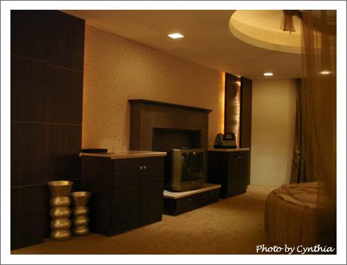 電視櫃和鏡子