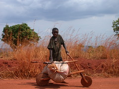 Junge mit Holz-Fahrrad
