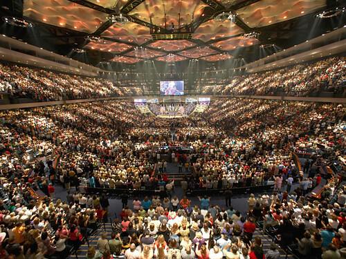 Describe experto el avance de la industria de las iglesias evangélicas en el hemisferio