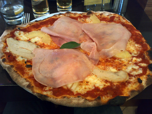Hawaiian Pizza with Chicken at La Favorita, Edinburgh (by www.theedinburghblog.co.uk)