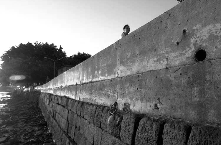 築了高牆的淡水河邊2001/07/23