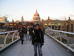 St Paul's Cathedral dari Millenium Bridge, London, UK