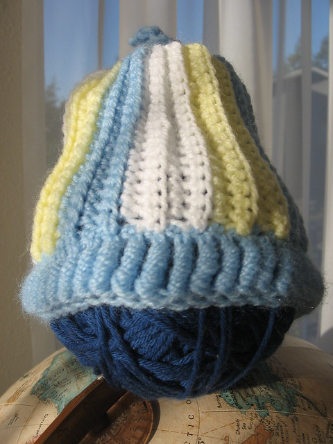 Beret with a simple cable stitch. Free Pattern.
