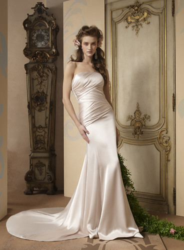 wedding dress simple yet luxurious impression