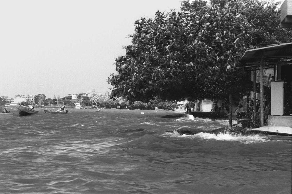 潮水漫過路面的淡水河邊1993/09