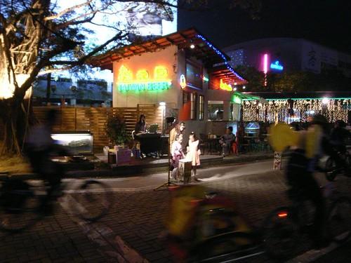 愛河旁的街頭演唱 (by fserow2006)