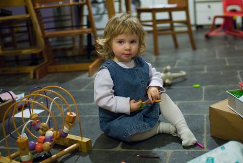 Anna, potloodjes aan het opruimen