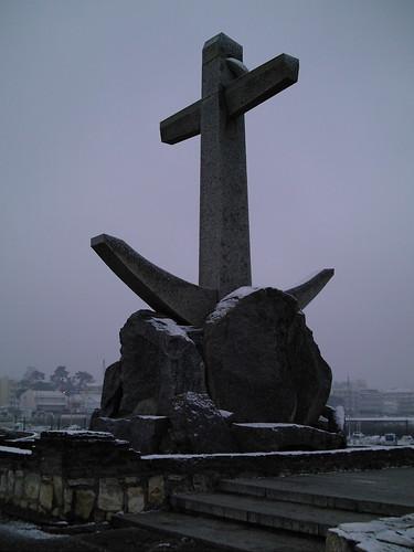la croix des marins péris en mer, enneigée