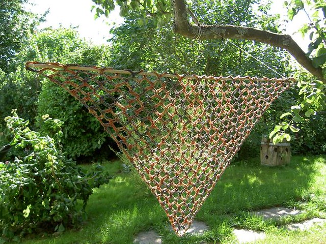 DROPS Crochet shawl in Eskimo with love knots & flower attachment