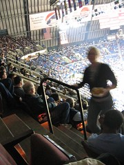 Chix subiendo escaleras en el estadio de Memphis