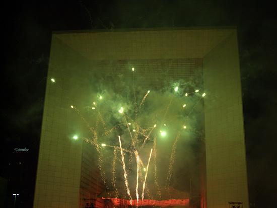 Feu d'artifice sur le parvis de La Défense, devant l'arche