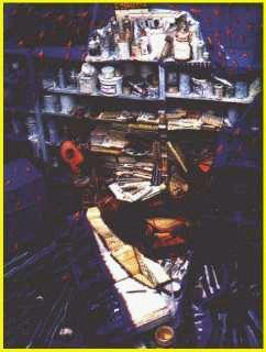 El 'Autorretrato' de Van Gogh, montado a partir de unas estanterías llenas de cosas. ¿No es increíble?