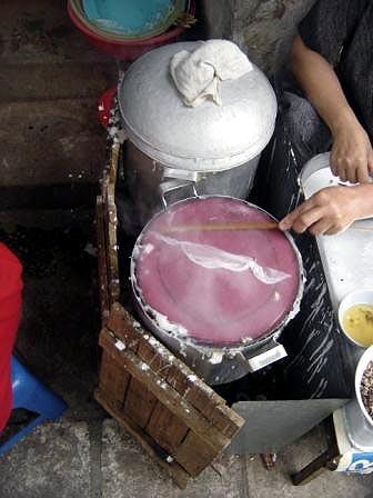 Banh cuon steaming