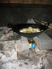 Gambar  32: Kompor biogas untuk menggoreng ketela pohon.