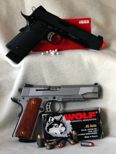 S&W 1911 w-rail CO2 next to real 3