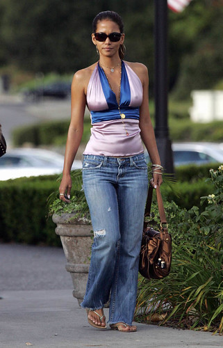 halle_berry_nippy