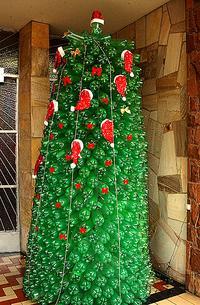 Árvore de Natal feita com garrafas PET recicladas