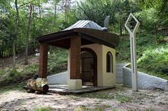 Waldkapelle mit Hut