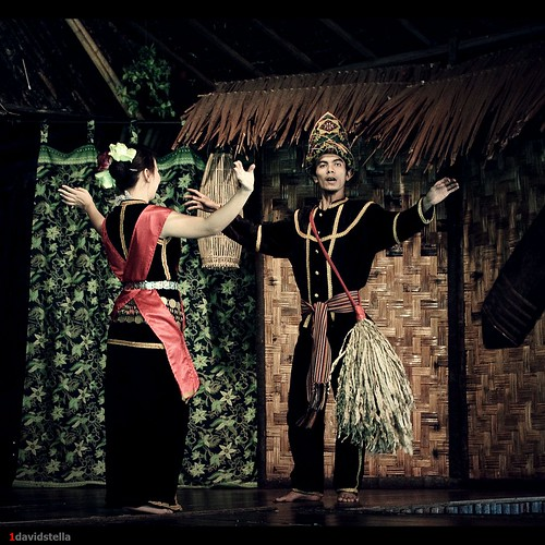 sumazau {Kadazan traditional dance}