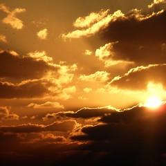 Detrás de las nubes aparece el SOL photo by nuska2008