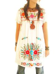 vestido Mexicano blanco con flores bordadas de colores photo by Vestidos Mexicanos Bordados