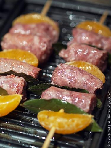 Spiedini di stagione, salsiccia e clementine - photo © Manuela Viel