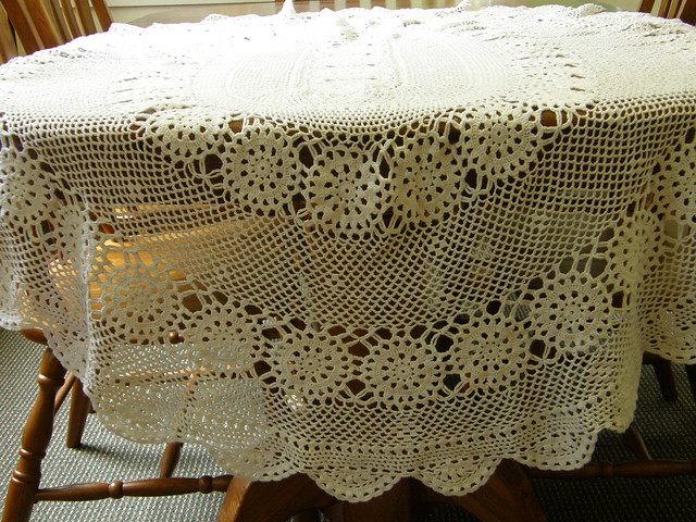 "Amazon.com: Battenberg Vinyl Lace Tablecloth 54""x72"" Oval: Home"