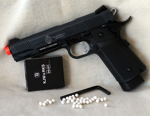 S&W 1911 w-rail & 6mm BBs