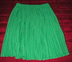 Grön plisserad kjol.