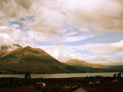 Lago en San Gabriel, al frente del volcán Imbabura, el que da nombre a toda esa región