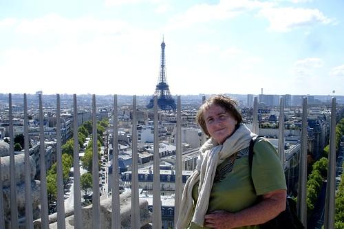 Turiste heureuse à Paris