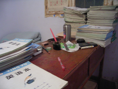 一个乡村教室的办公桌