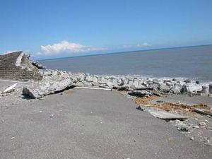 不敵海浪的新城海堤