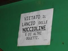 NON LANCIARE LE NOCCIOLINE!
