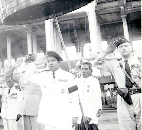 Phnom Penh  9-11-1953- Le  Prince Shianouk et H. Amiel- Fonds Amiel