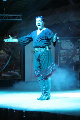 boleadeira guy on stage
