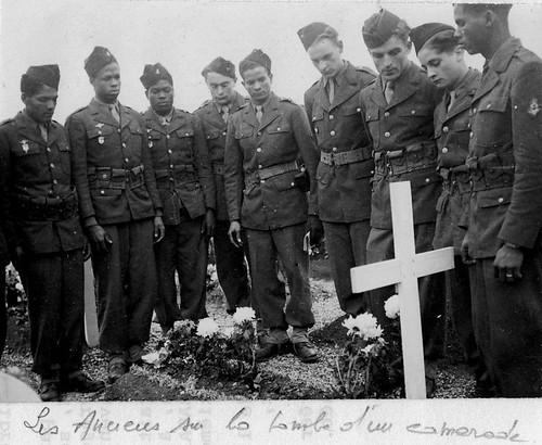 Alsace- 1945- Obenheim - les anciens sur la tombe d'un camarade - ADFL