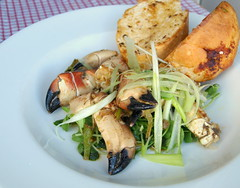 Scottish crab claws, Spring Onion, Garlic Butter, Toasted Loaf photo by Tony Worrall Foto