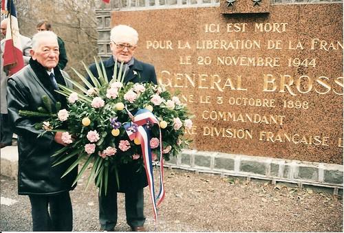 Champagney- 2 anciens FFL déposent une gerbe au monument Brosset, pont du Rahin, 19 novembre 1995