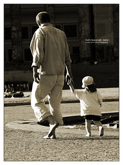 Faire marcher un petit - Flickr - http://www.flickr.com/photo_zoom.gne?id=39799584&size=o