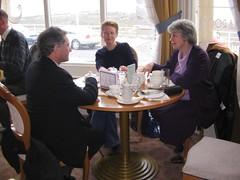Coffi yn y Cambrian Tea Rooms fore Sul