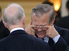 Sand in Rumsfelds eyes? / Donald Rumsfeld reibt sich die Augen