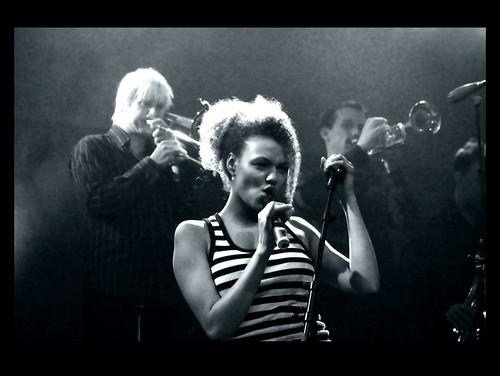 Hübsche Backround-Sängerin von Mousse T.