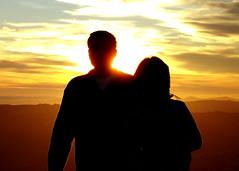casal numa relação, por do sol