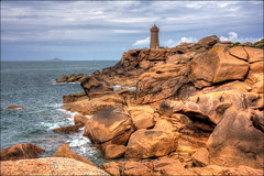 Le Phare de Mean Ruz ........  à Ploumanac'h sur la côte de Granit rose photo by lo46